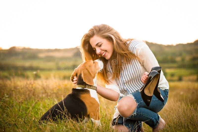 Vrouw en hond in aard royalty-vrije stock foto's