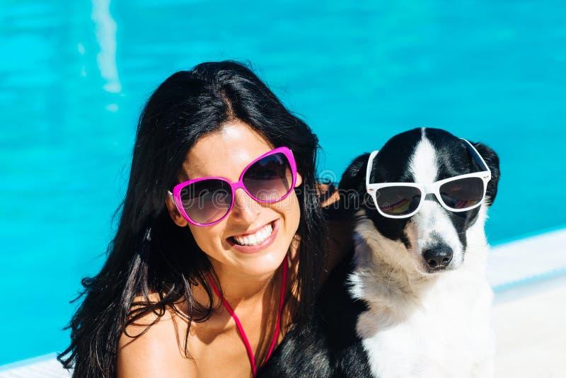 Vrouw en hond op grappige de zomervakantie royalty-vrije stock afbeeldingen