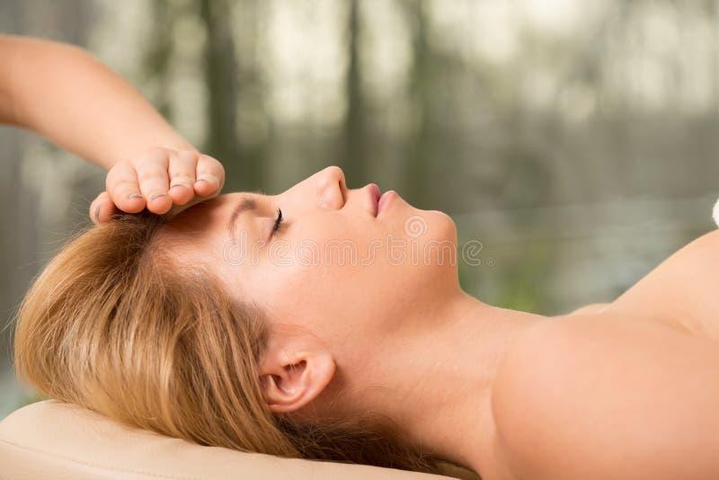 Vrouw en hoofdmassage stock fotografie