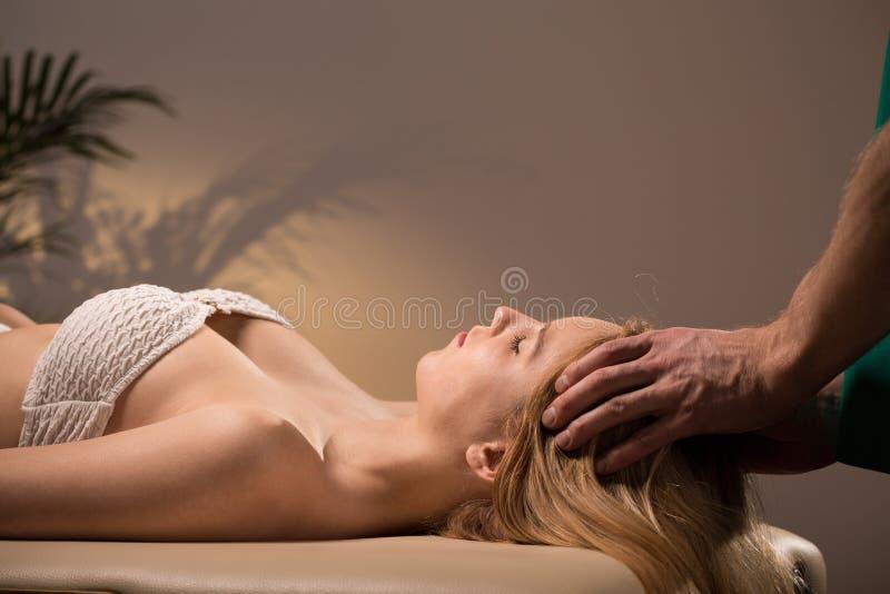 Vrouw en hoofdmassage royalty-vrije stock fotografie