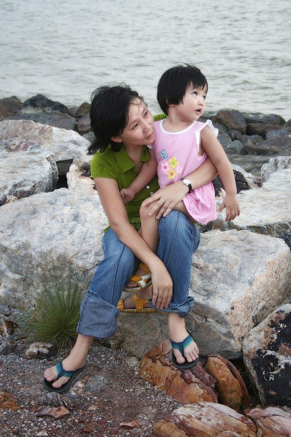 Vrouw en Jong Meisje bij het Strand royalty-vrije stock afbeeldingen