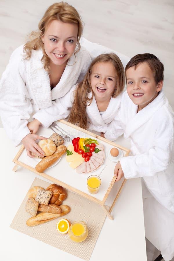 Download Vrouw En Jonge Geitjes Die Een Lichte En Gezonde Snack Hebben Stock Afbeelding - Afbeelding bestaande uit leuk, ochtend: 39110711