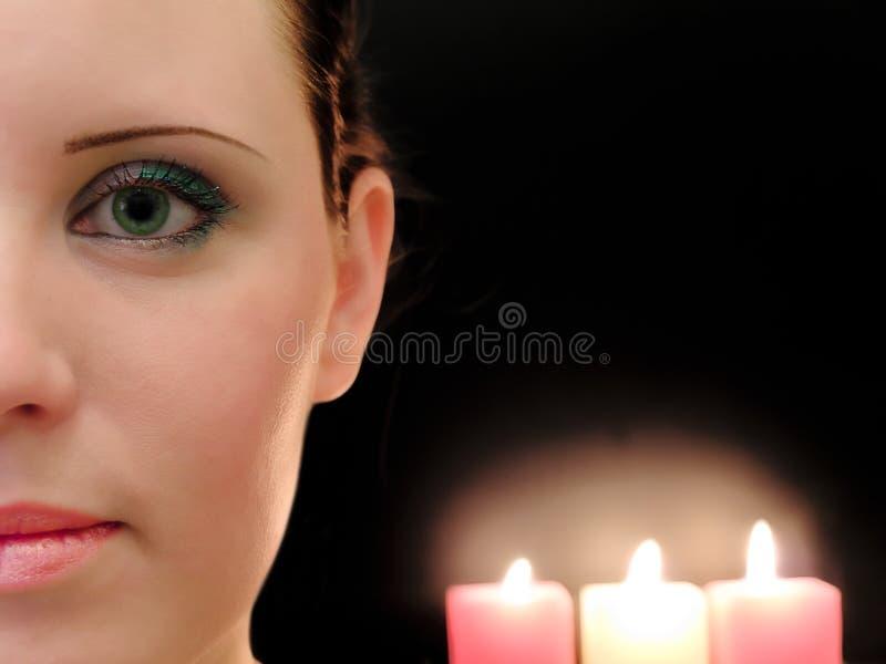 Vrouw en kaarsen stock foto's