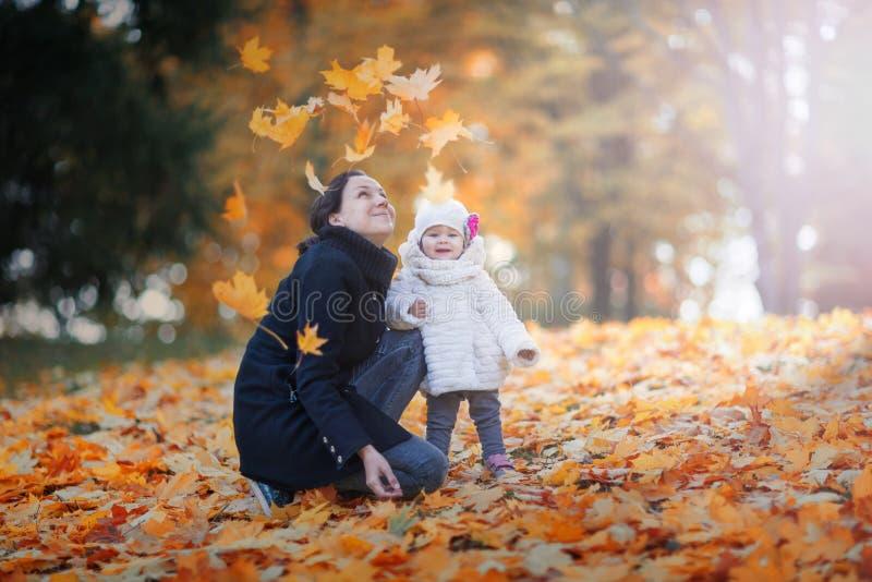 Vrouw en kind in de tijd van de herfst stock afbeeldingen