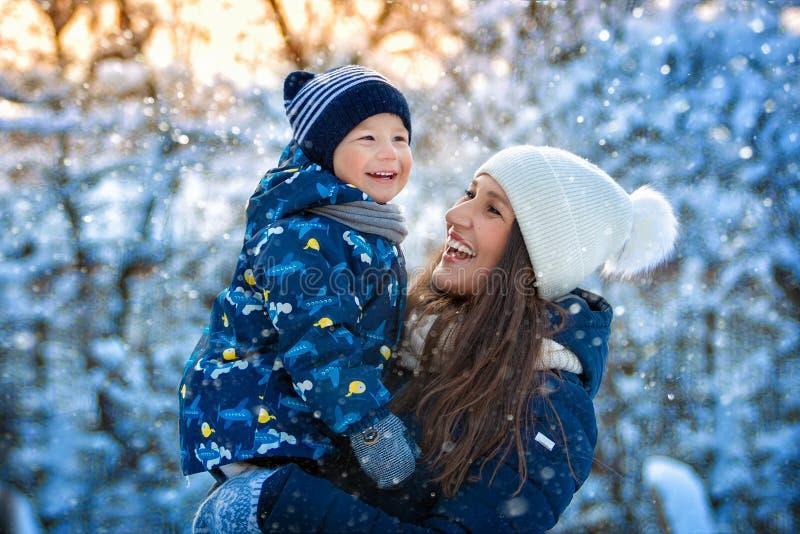 Vrouw en kind in de winter in aard Portret van een gelukkige familie royalty-vrije stock foto