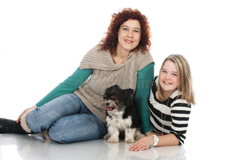 Vrouw en kind met hond royalty-vrije stock fotografie