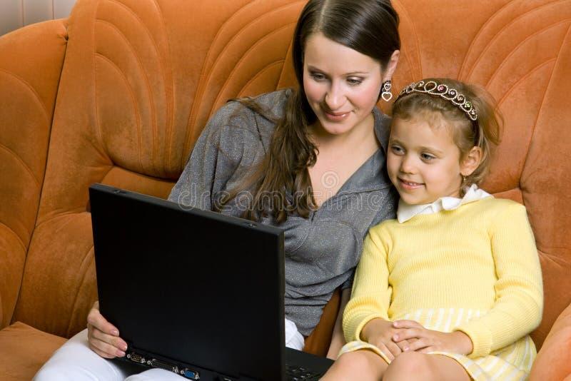 Vrouw en kind met laptop royalty-vrije stock afbeeldingen