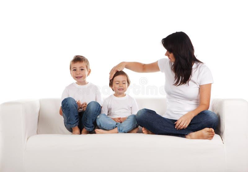 Vrouw en kinderen op bank royalty-vrije stock foto's