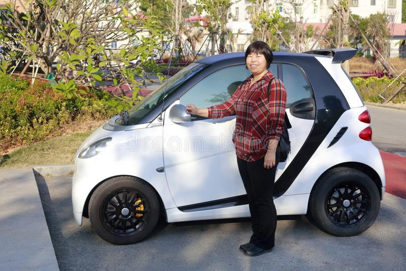 Vrouw en kleine auto, rgb adobe stock fotografie