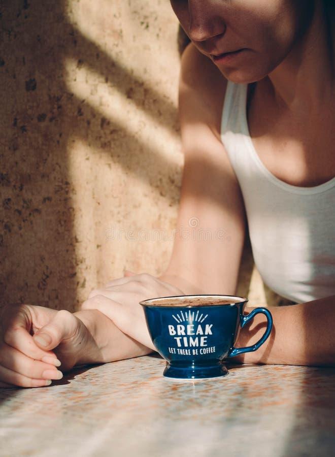 Vrouw en Koffie thuis voor breackfast stock afbeelding