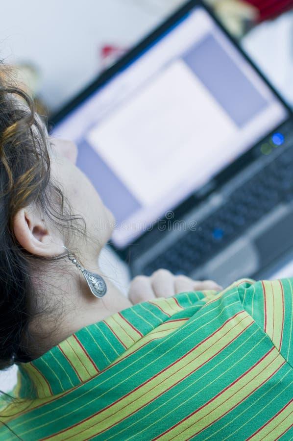 Vrouw en laptop royalty-vrije stock afbeeldingen