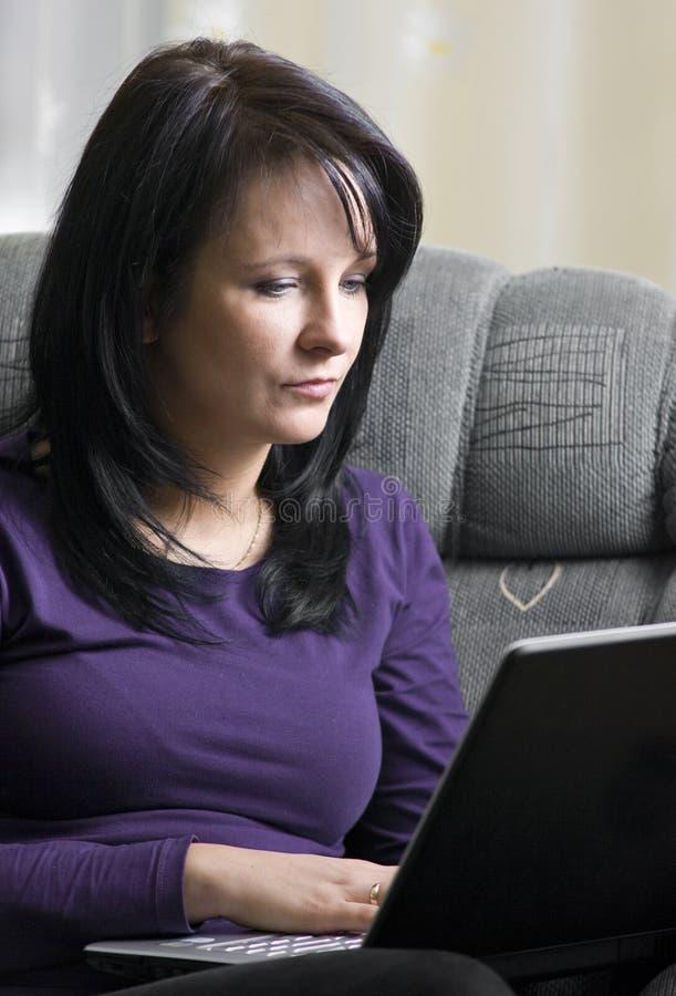 Vrouw en laptop stock foto