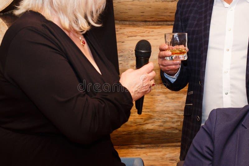 Vrouw en man bij een restaurant stock foto's