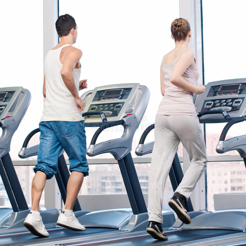 Vrouw en man bij gymnastiek het uitoefenen. royalty-vrije stock afbeelding