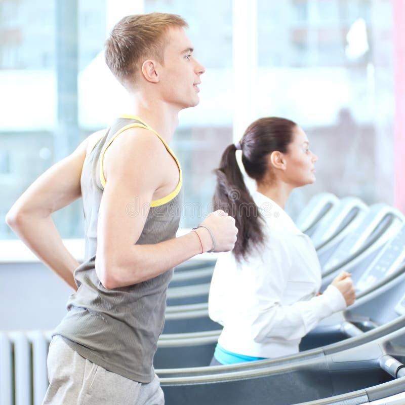 Vrouw en man bij gymnastiek het uitoefenen stock afbeeldingen