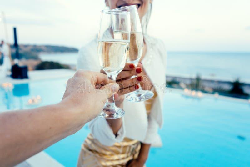 Vrouw en man clinking glazen bij poolpartij royalty-vrije stock afbeelding