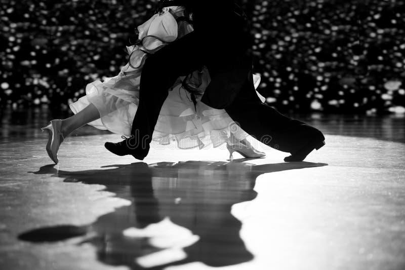 Vrouw en man danser latino international dansen Zwart-wit filter stock fotografie