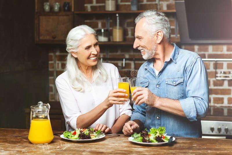 Vrouw en man die met sap toejuichen royalty-vrije stock foto's