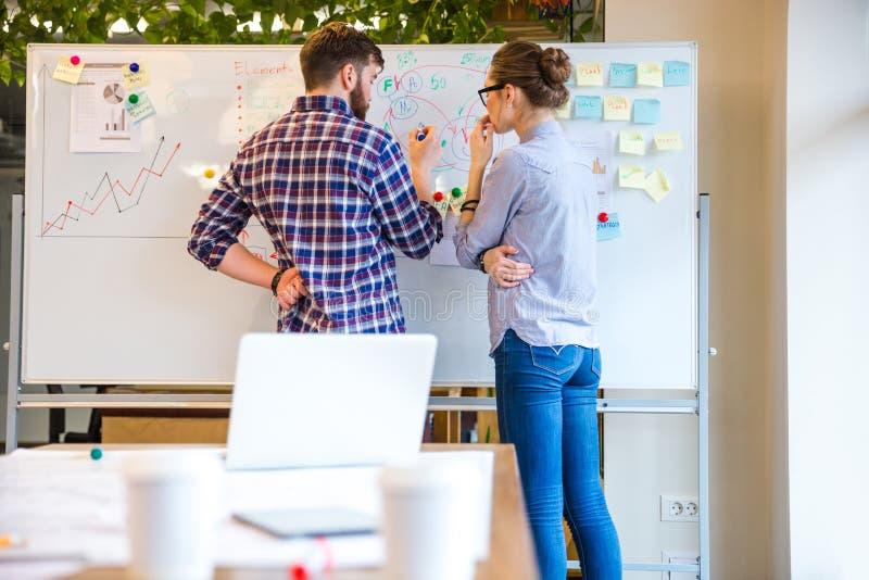 Vrouw en man die over bedrijfsstrategie bespreken royalty-vrije stock afbeelding