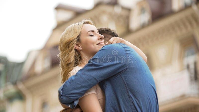 Vrouw en man die, zoete verhouding van paar in liefde, datum teder omhelzen royalty-vrije stock afbeeldingen