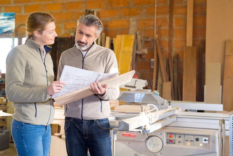 Vrouw en man in workshop royalty-vrije stock afbeeldingen