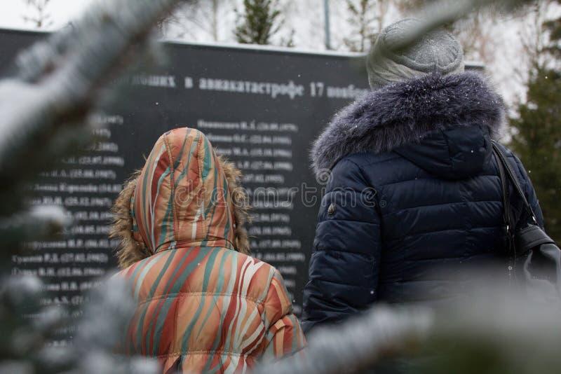Vrouw en meisje bezoeken werd het monument gebroken in vliegtuigneerstorting stock foto's