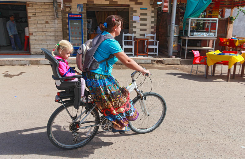 Vrouw en meisje op een fiets stock afbeelding