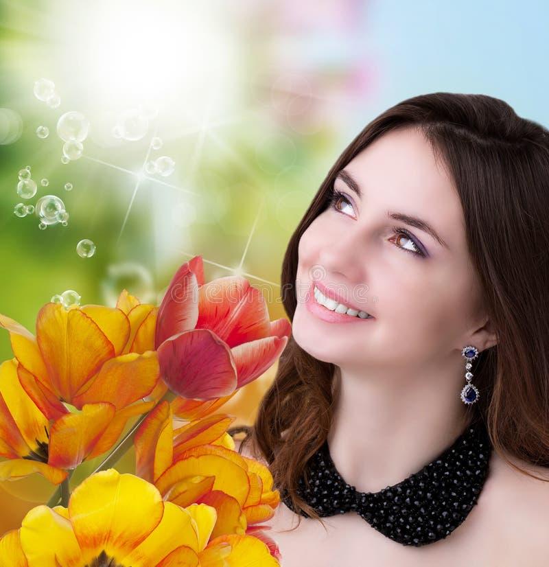 Download Vrouw En Mooie Tuin Verse Kleurrijke Tulpen Stock Illustratie - Illustratie bestaande uit knop, versheid: 39117798