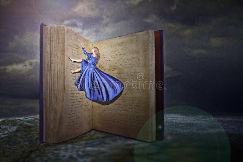 Vrouw en open boek stock fotografie