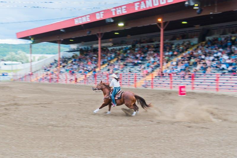 Vrouw en paardenkoers door arena bij vat het rennen de concurrentie stock foto's