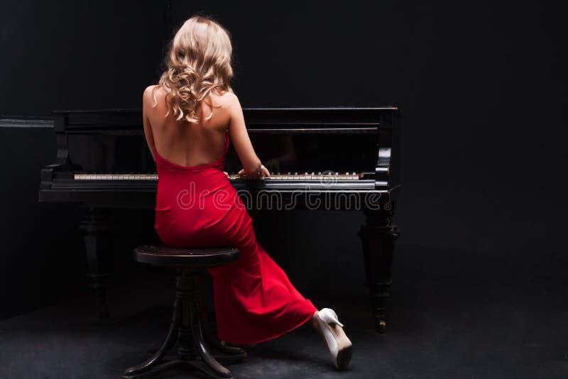 Vrouw en Piano royalty-vrije stock afbeelding