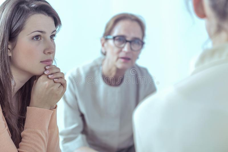 Vrouw en psychotherapist tijdens vergadering van steungroep royalty-vrije stock foto