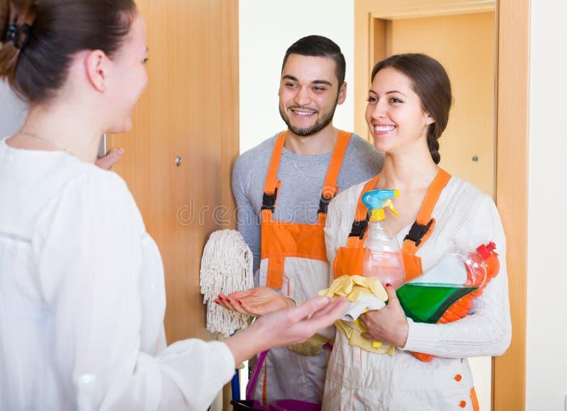 Vrouw en schoonmakende de dienstarbeiders stock fotografie