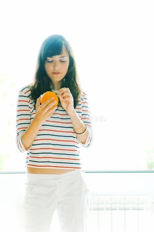 Vrouw en sinaasappel stock foto