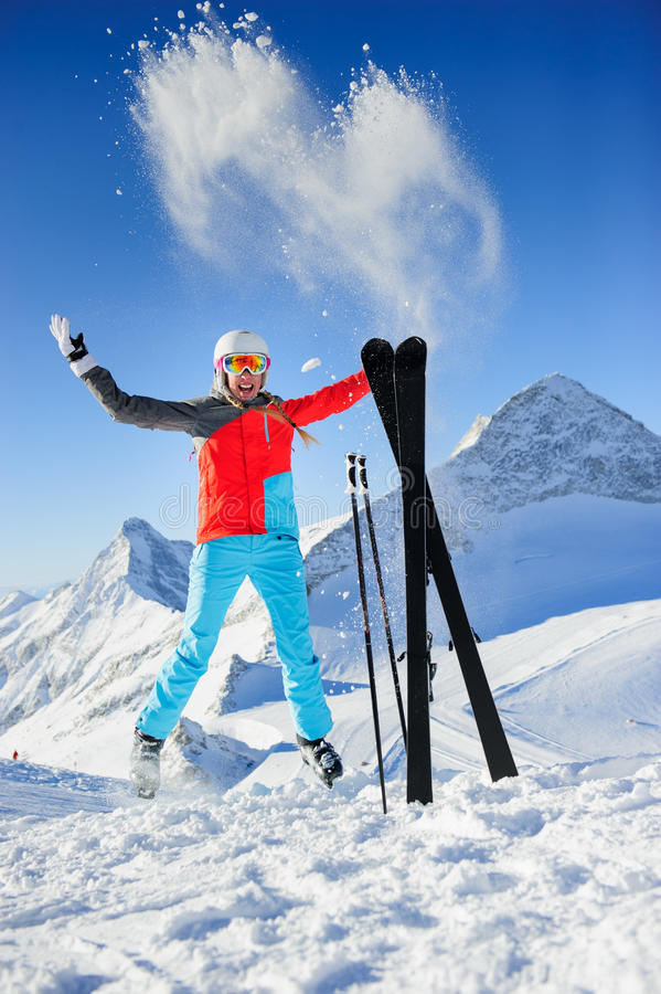 Vrouw in en Skitoevlucht die springen glimlachen royalty-vrije stock foto's
