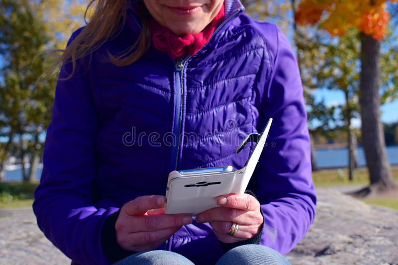 Vrouw en smartphone royalty-vrije stock foto