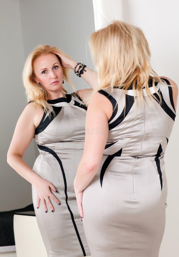 Vrouw en spiegel stock afbeeldingen