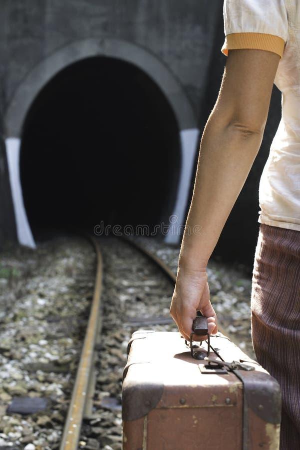 Vrouw en uitstekende koffer op spoorwegweg royalty-vrije stock foto's