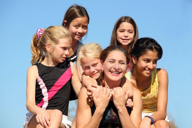 Vrouw en vijf meisjes stock fotografie