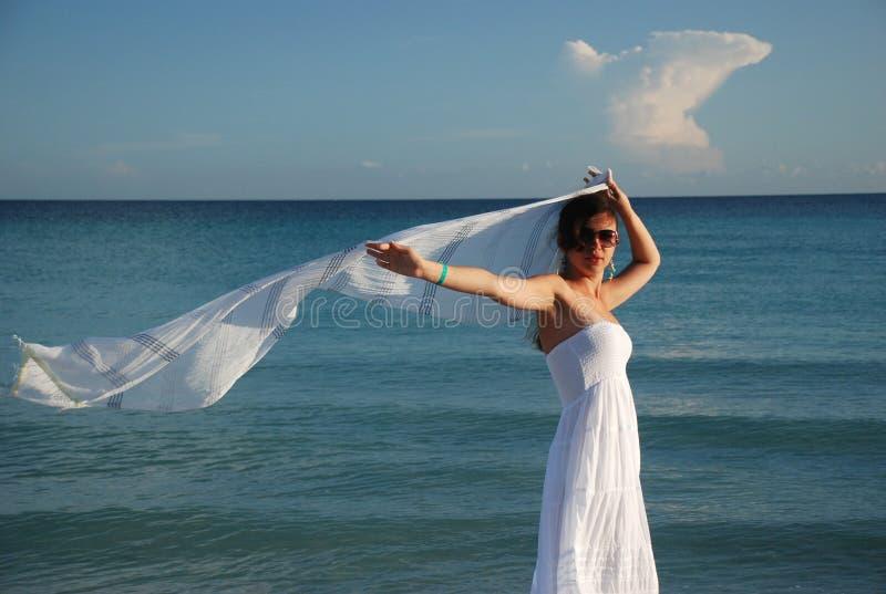 Vrouw en vliegende sjaal royalty-vrije stock foto