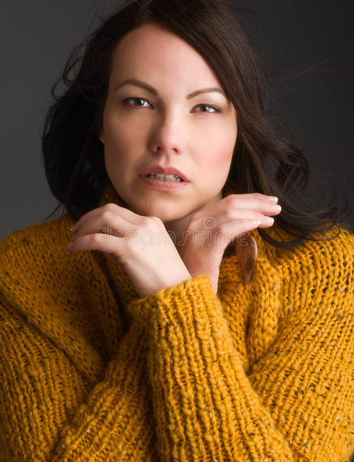 Vrouw en warme kleren royalty-vrije stock afbeeldingen
