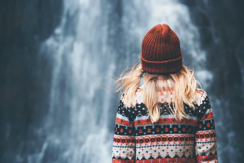 Vrouw en watervalreislevensstijl stock fotografie