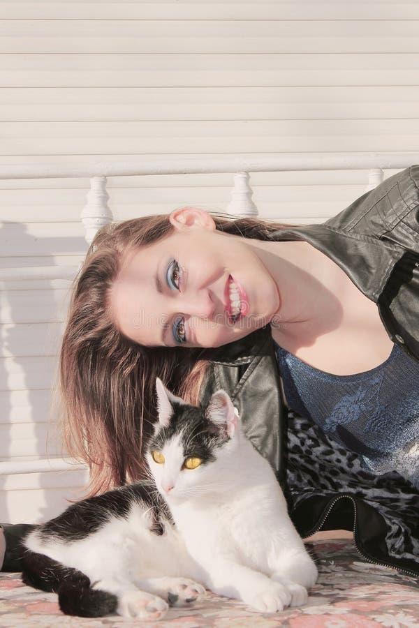 Vrouw en weinig kat stock foto