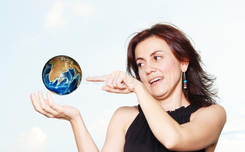 Vrouw en wereld stock foto