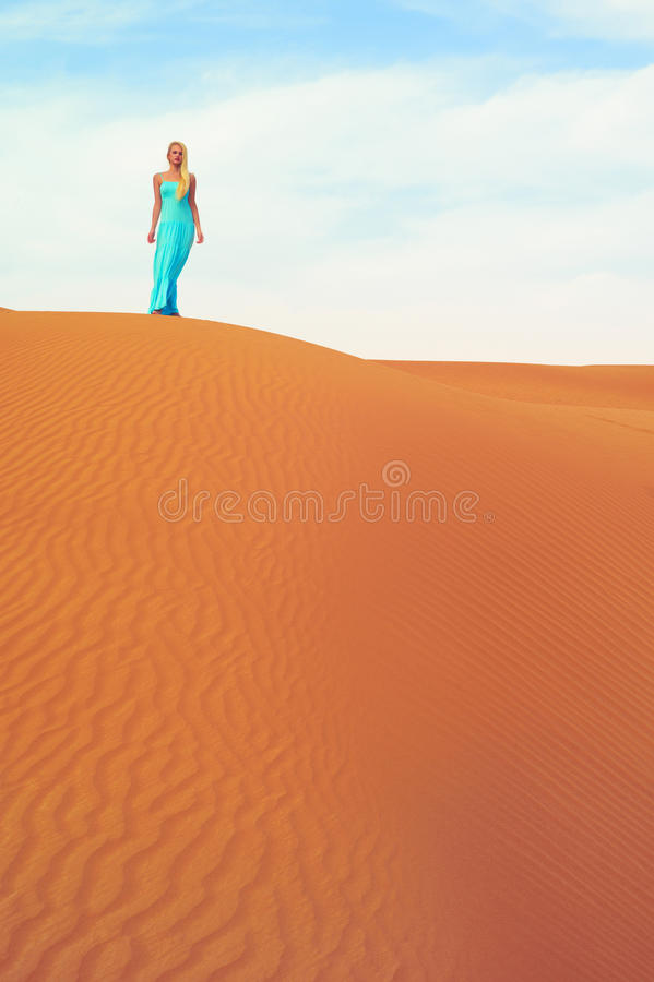 Vrouw en woestijn. De V.A.E stock fotografie