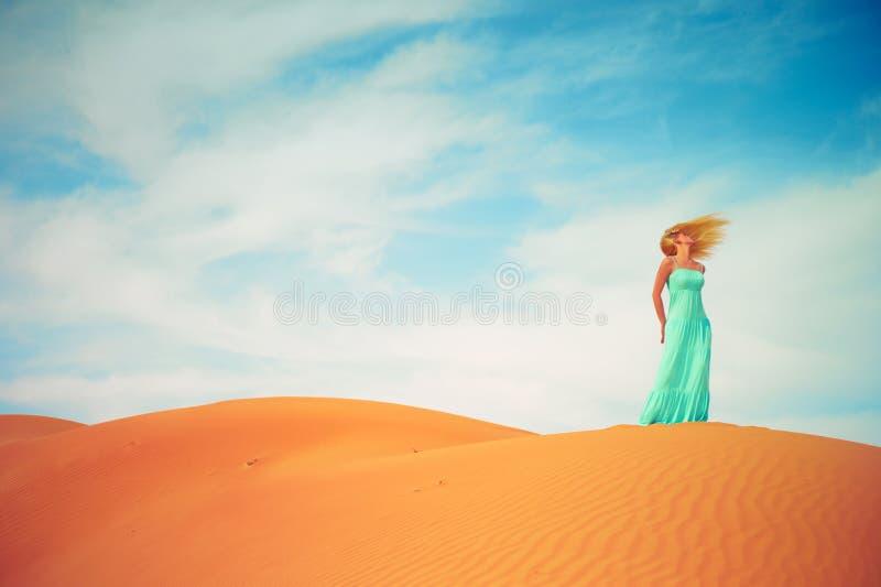 Vrouw en woestijn. De V.A.E stock afbeelding