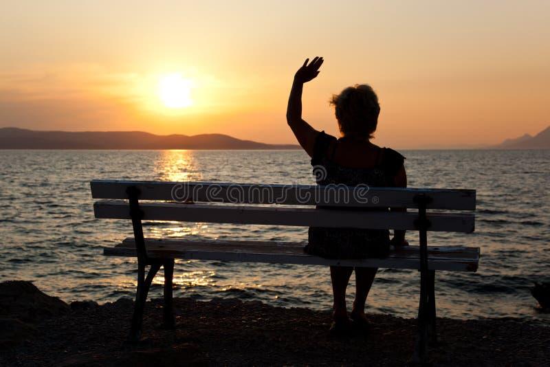 Vrouw en zonsondergang royalty-vrije stock foto