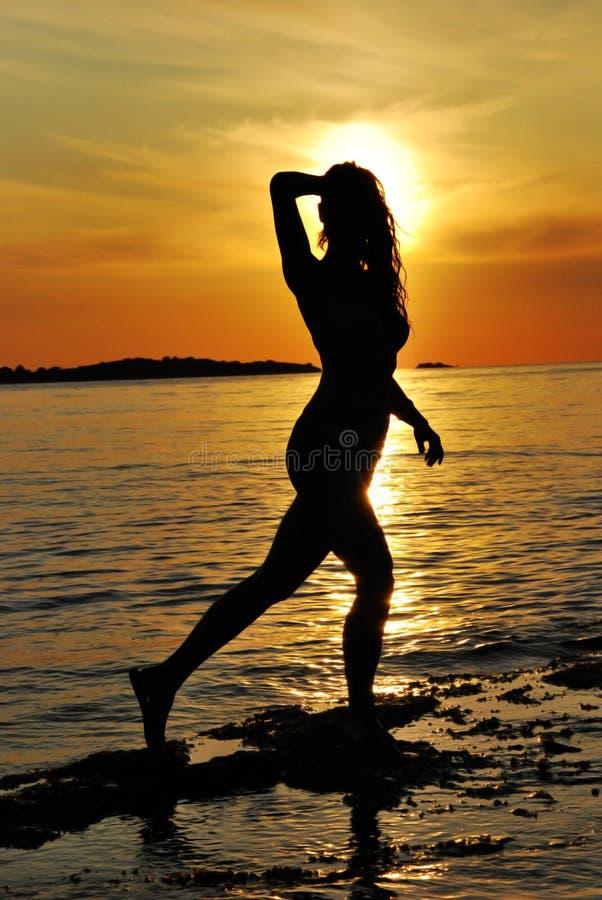 Vrouw en zonsondergang royalty-vrije stock foto's