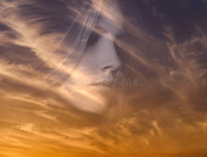 Vrouw en zonsonderganghemel stock fotografie
