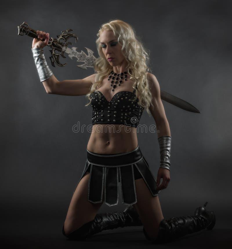 Vrouw en zwaard stock afbeelding